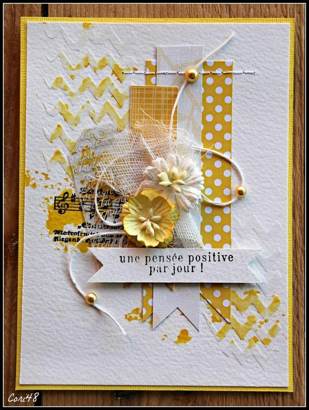 Carte dans des tons jaunes et blanc avec couture, gaze, fil entortillé, fond gaufré et taché...