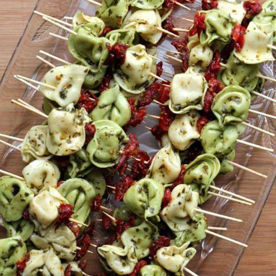 Brochettes de tortellinis et tomates séchées - 10 plats faciles et peu coûteux pour un souper «potluck»