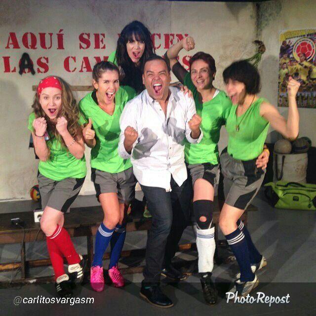 celebrando gol con Carlos Vargas