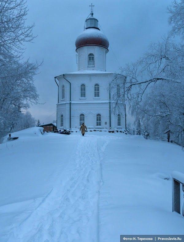 Церковь Вознесения и маяк. Фото: Надежда Терехова / Православие.Ru