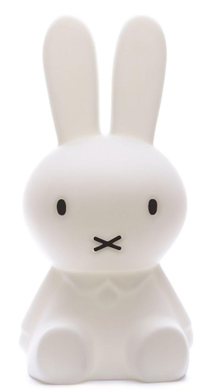 Mr Maria Lampe Miffy Small Hvit er en stor og søt lampe med motiv av den bedårende kaninen Miffy som passer perfekt inn i barnerommet. Denne Miffylampen er like fin med og uten lys. Dimmer på lampen slik at den også fungerer som en nattlampe. Se også under fliken tilbehør for flere Miffy-Lamper.