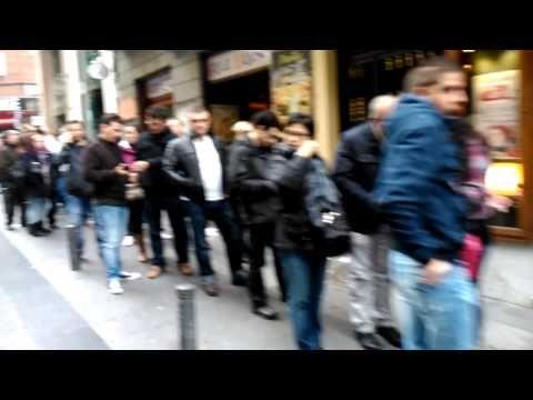 Cola Loteria de Doña Manolita, Madrid.Navidad 2013 - YouTube