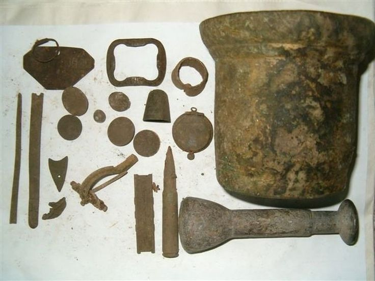 Древности и германская пряжка на так называемом «спусковом крючке», который был изобретен, начиная с позднего римского периода. Датируется около 4 в. н.э.