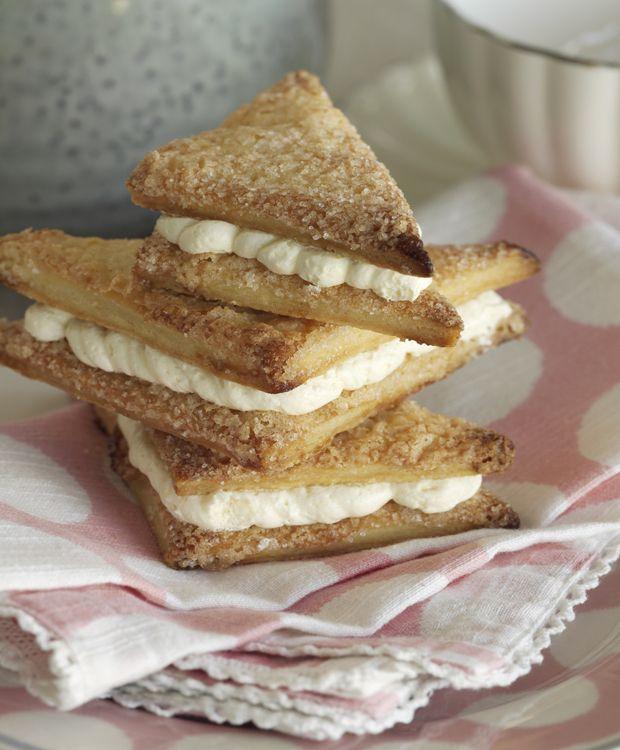 Franske vafler er sprøde og søde, og de passer perfekt til kaffebordet eller weekendbrunchen. Hvis du gerne vil gøre dem ekstra lækre, kan du samle dem med et lag smagfuldt smørcreme.