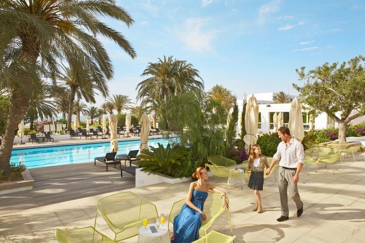 Piscine hôtel Calypso - Djerba la Douce  Située entre l'hôtel et le restaurant Calypso, cette piscine d'eau douce est équipée pour votre confort de transats, parasols et douches.