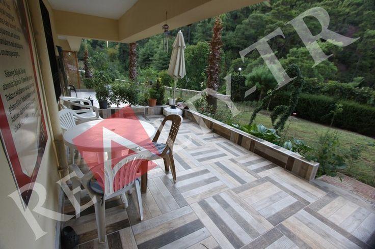 Marmaris Armutalan mahallesinde, doğa ile iç içe ve ailelerin yaşadığı nezih bir site içerisinde, müstakil giriş ve kendine ait bahçe kullanımına sahip olan, kapalı mutfaklı, geniş verandası bulunan, içi yenilenmiş, masrafsız 3+1 fourleks...