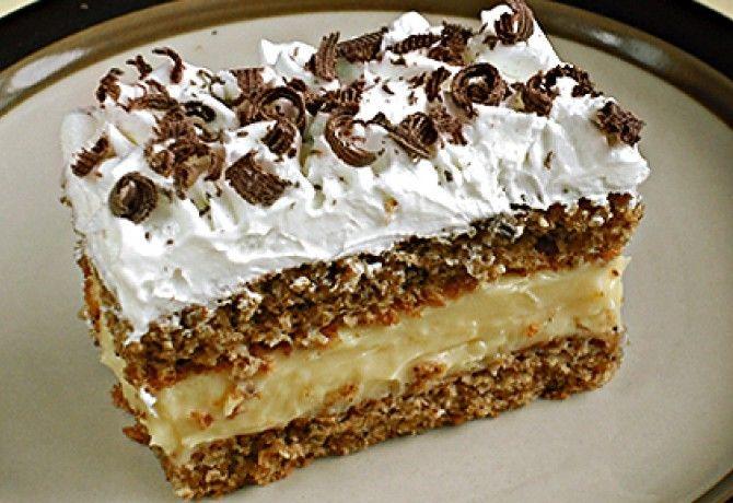 Plnkový koláčik: Piškótové cesto, báječný orechovo-vanilkový krém a na vrch šľahačka. Všetky maškrtné jazýčky si prídu na svoje!