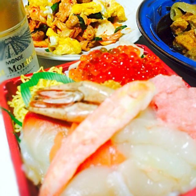 今晩は①が北海道展にて半額になっていた海鮮丼で晩御飯。 豚キムチ 鶏すき焼 サラダ 椎茸とわかめのお味噌汁でした  今日もお疲れ様でした。 - 63件のもぐもぐ - 海鮮丼…北海道展 by 31sato