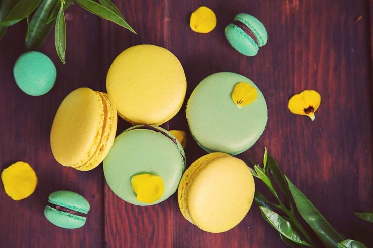 Love these colours - looks like spring to me. Lemon and mint macarons.