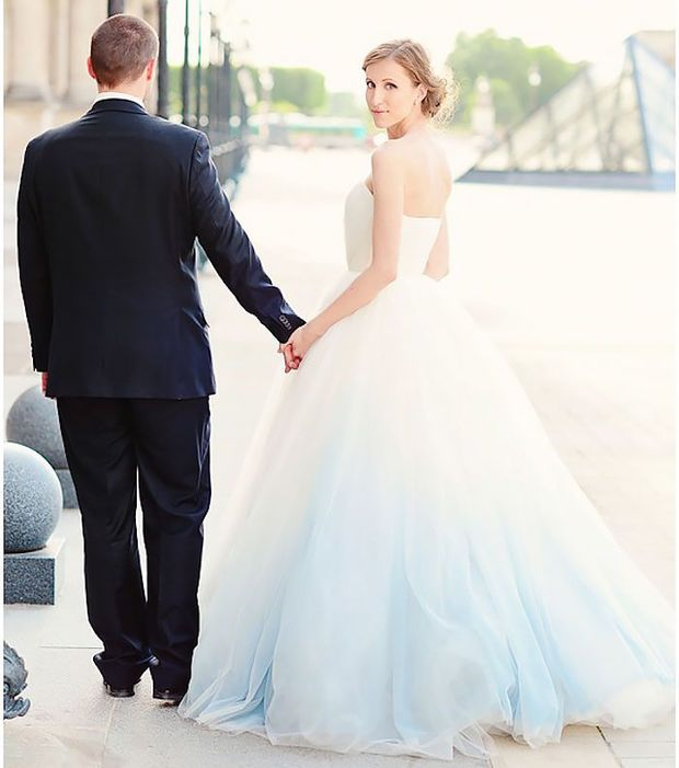 Leichter Hauch von Blau auf dem Hochzeitskleid