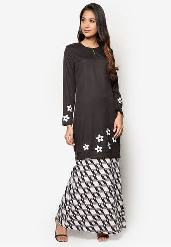 Baju Kurung Modern from Gene Martino in Black and White Flaunt your love for monochromes and flowers with this Baju Kurung Modern by Gene Martino. The beautiful black top is adorned with white, sequinned flowers by the hemline and sleeve ends. The skirt features an abstract print to give this piece ad... #bajukurung #bajukurungmoden