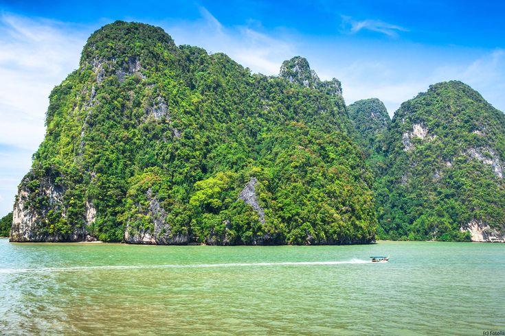 Navigation dans le parc national d'Ao Phang Nga dans le sud ouest de la Thaïlande