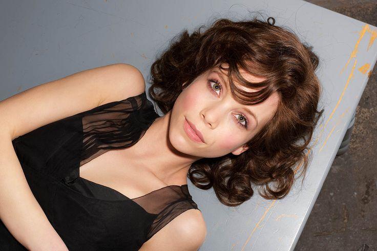 En peruk i äkta obehandlat Europeiskt hår.Denna exklusiva Hair Line håller högsta standard och ger en extra stor frihet då håret dessutom går att bleka.Med den här peruken kan du göra precis vad du önskar, precis som om det vore ditt eget hår.Hårkvalitet: European Human HairHårlängd:25-30 cmTäthet:100-115%Storlek:M (54-56 cm)Montur:Mono-Top. Handknuten med lacefront.Färger:BrownMedium-Brown (4)Mocca (6/10/30)Light-Brown (8)Chocolate (8/12/30)BlondGerman-Blond (11/12/15)Honey-Mix…