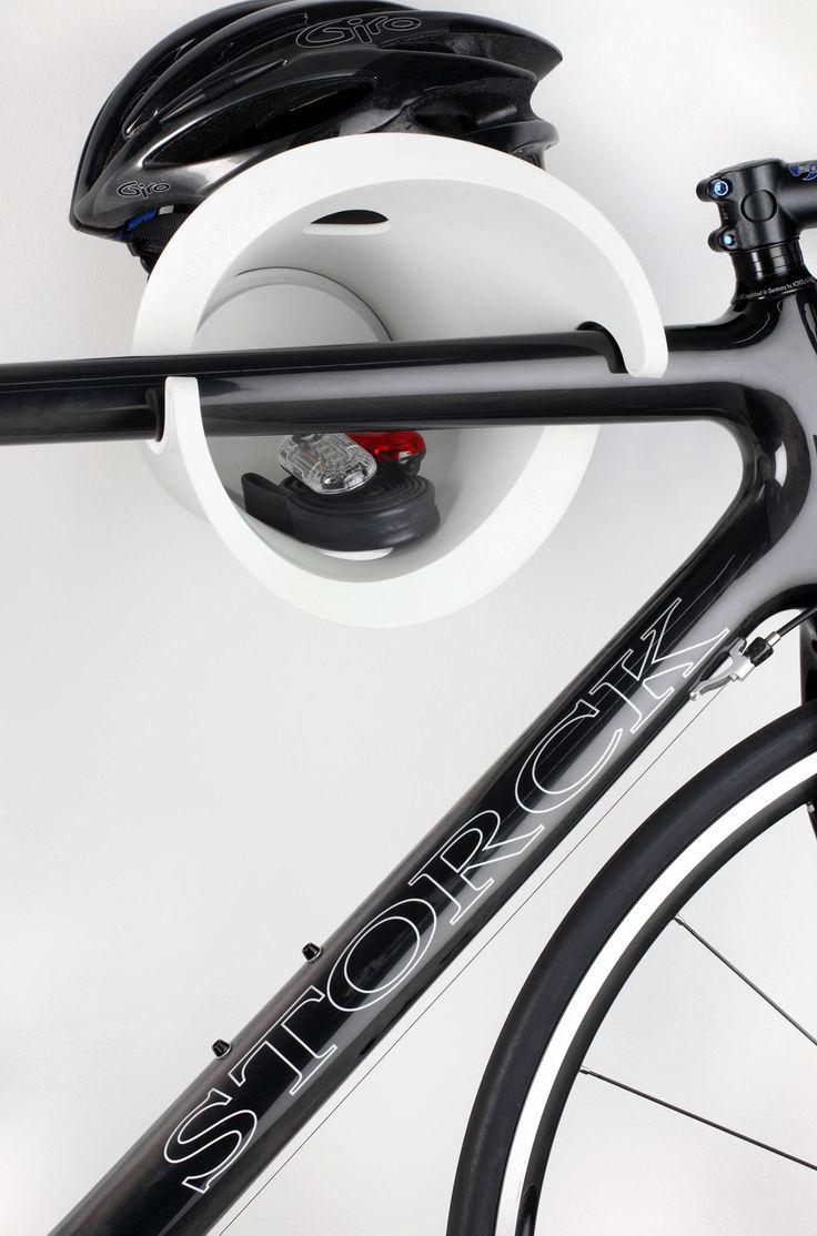 Cycloc designad väggupphängning Genialiskt enkel upphängning, Stilfull och prisvinnande design. Det är möjligt att låsa fast cykeln i upphängningen, förvara saker mitt i upphängningen, handskar, lysen med mera. Dekorativ även när cykeln inte är hemma. Gummiskydd så repor på ramen undviks. Tillverkad av 100% återvunnen plast Mått: Se bilder