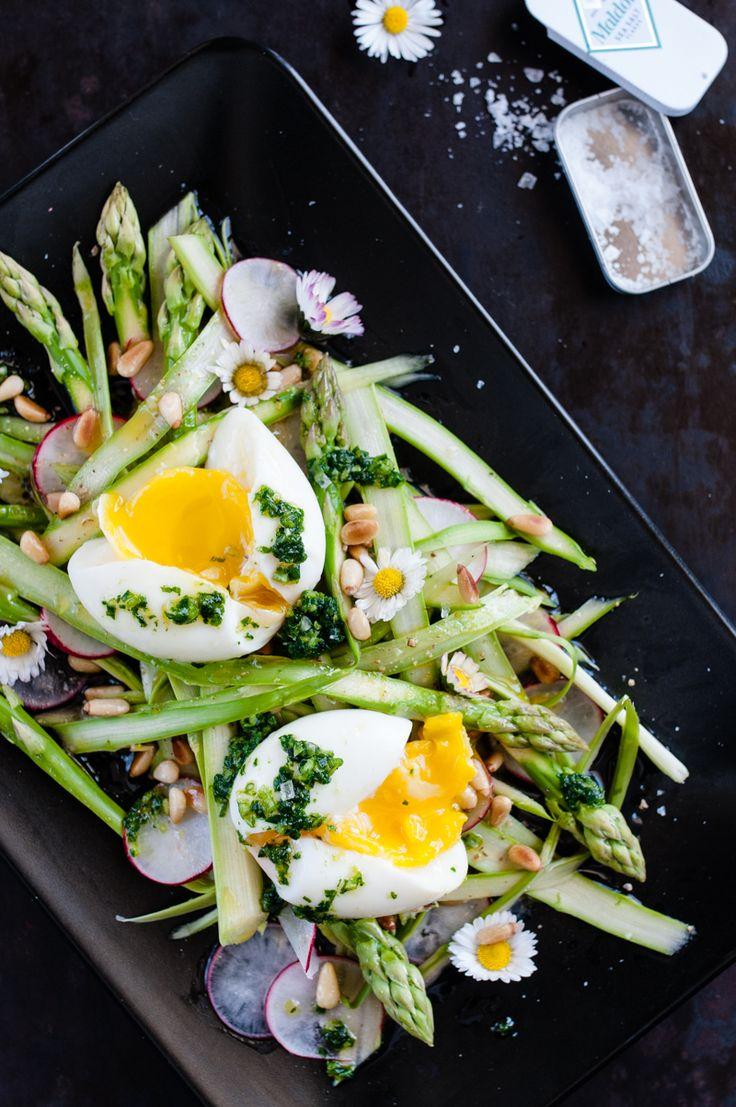 rasierter grüner spargelsalat mit radieschen, wachsweichem ei, gerösteten pinienkernen und radieschenblätter gremolata