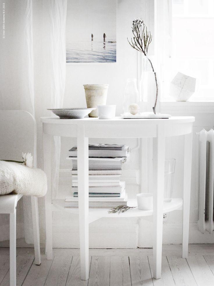 ARKELSTORP är ett litet halvmåneformat bord, perfekt att ha framför fönstret. MELLTORP stol.