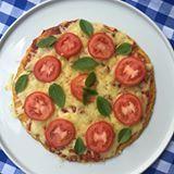 Gente!!! Olha a pizza zero carbo super proteinada aí que mostrei hoje no stories .  O segredo da massa: frango! Simmm! Façam que é deliciosa e rende uma pizza grandona. Depois é só rechear com seus sabores preferidos! Quem fizer marca com #receitadamimis pra eu ver! Tem mais detalhes no stories.  3 ovos  1 xícara (bem cheia) de frango cozido em pedaços (+ou - 300g)  1 xícara (chá) de queijo ralado  2 colheres (sopa) de azeite de oliva  sal e pimenta do reino a gosto  Bata todos os ingr...