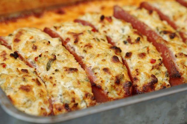 Två små kök: Fylld och gratinerad frukostkorv med potatismos och ketchupsås