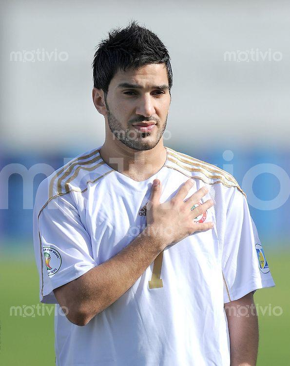 Fussball International    WM Qualifikation 2014   29.02.2012 Vereinigte Arabische Emirate - Libanon     Hassan Maatouk (Libanon) bei der Nationalhymne