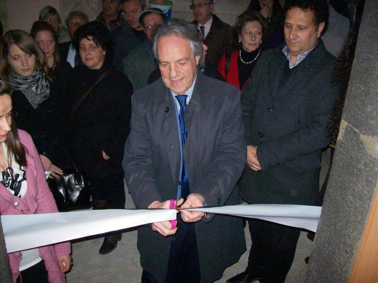 Valguarnera 22 marzo 2014 - Inaugurazione della Casa Museo Caripa. Il sindaco Sebastiano Leanza taglia il nastro.