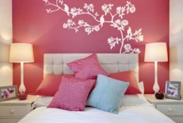 Parete corallo - Dietro il letto, la parete è dipinta di color corallo