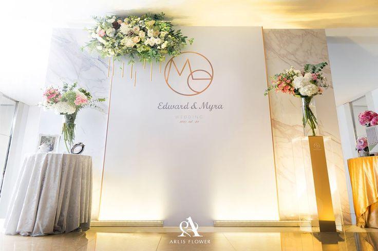111 個讚,1 則留言 - Instagram 上的 台北 婚禮佈置 尼斯花與空間(@arlisflower_wedding):「 背板上的花叢雲與金色雨絲,撥動響出清澈的風鈴聲 過去彼此說著I Love You,從今天開始我們成為一體 We Love Us,We Are Me !  Kevin FB---… 」