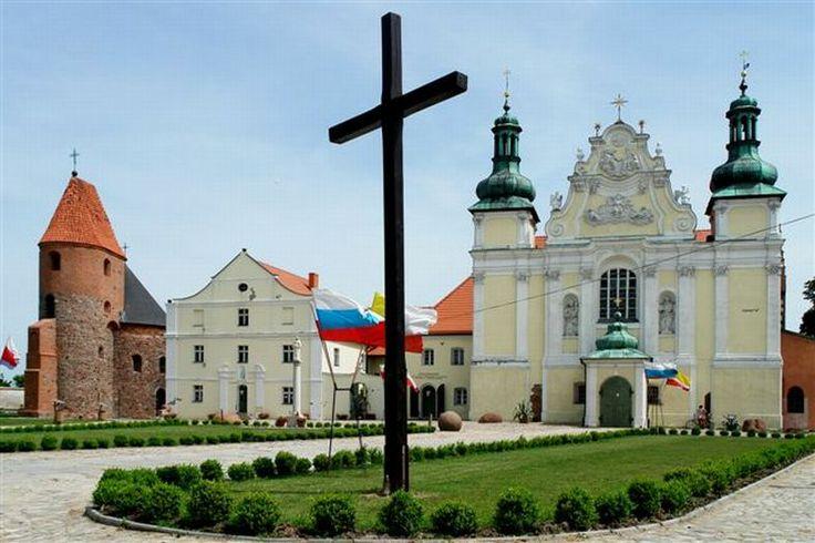 barokowo przebudowany kompleks norbertanek w Strzelnie; kościół św. Trójcy i NMP oraz rotunda św. Prokopa widoczna z lewej; być może najcenniejszy zespół romańskich zabytków w Polsce, wzniesiony na przełomie wieków XII i XIII kujawskiego palatyna Piotra Wszeborowic