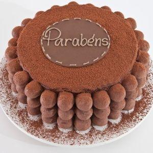 Bolos decorados com biscoito e bombom viram atração em festa de aniversário
