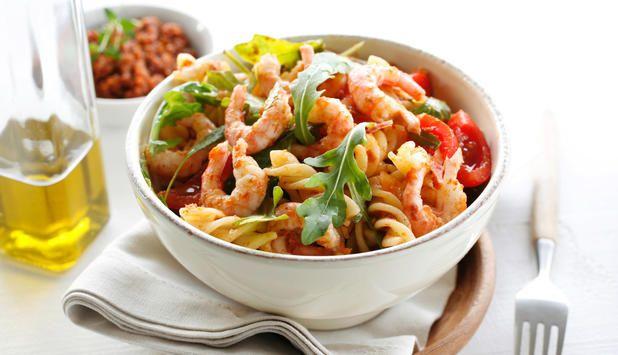 Prøv denne pastasalaten med reker som blir ekstra smakfull med din egen tomatpesto. Den er enkel og rask å lage, og passer perfekt i en hektisk hverdag.