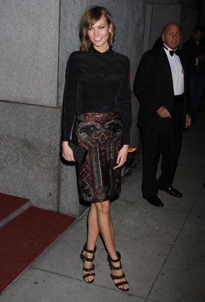 カーリー・クロス - 黒のシャツにゴージャス柄のタイトスカートがキュートなNYパーティスタイル | 海外セレブファッションスナップ CELEB SNAP