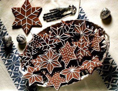 Gingerbread star cookies with snowflake style icing Stjärnpepparkakor med snöflingeinspirerad kristyr