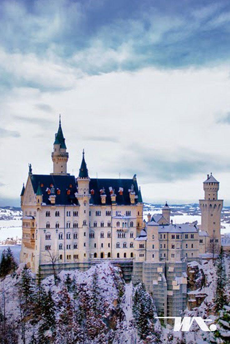 Kastil yang ada di negeri dongeng ternyata ada di dunia nyata, penasaran bukan? Neuschwantein Castle yang terletak di Jerman ini ternyata menginspirasi Walt Disney untuk pembuatan logo dan fim Sleeping Beauty. Di musim dingin area kastil akan terselimuti dengan salju putih dan juga dikelilingi oleh pegunungan Alpen yang membuat cantik pemadangan sekitarnya