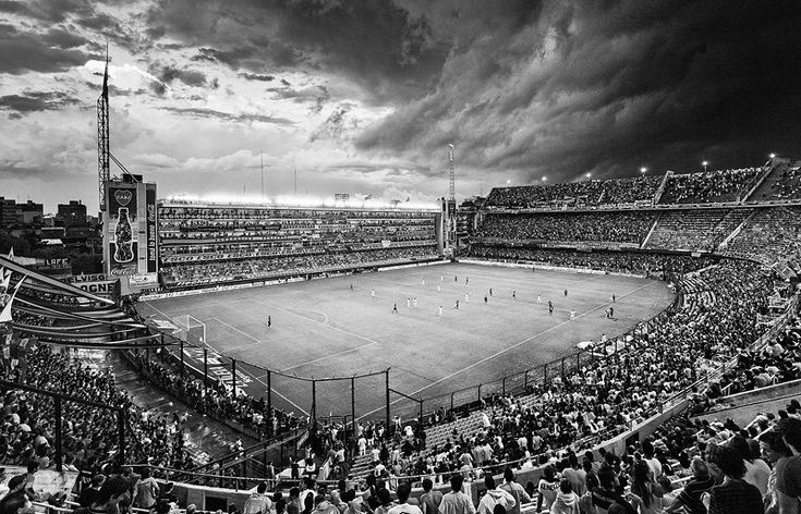 Während der Partie zwischen Boca Juniors und Huracán zieht ein Gewitter über La...
