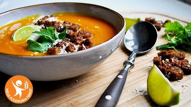 En farverig og krydret græskarsuppe serveret med rugbrødstopping. Denne varme og cremede suppe er perfekt i anledning af Halloween eller blot på kolde og grå efterårs- og vinterdage
