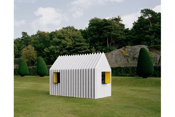 この小屋の名前は「CHAMELEON CABIN(カメレオン・キャビン)」。実は、紙だけで出来ているんです。驚きです。 「カメレオン・キャビン」と呼ばれる所以は2つ。 1つ目は変幻自在ということ。素材が紙なので好きな柄をフルカラーでプリント出来るのです。今回、外側は白大理石と黒大理石、内側は温かい色味の黄。 そして最も...