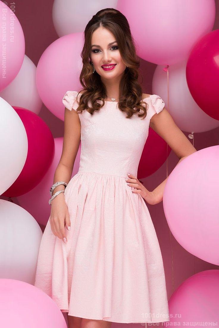 Розовое платье с бантиками