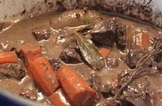 Civet de biche sauce grande veneur Ingrédients : (pour 4 personnes)  - 600 à 800g de viande de biche (Astuce : on compte 150 à 200g de viande pour un adulte)  - 2 oignons  - 4 carottes  - 1 bouteille de vin rouge  - 1 c. à soupe de farine  - 3 c. à soupe de vinaigre de vin  En savoir plus sur http://cestmasoeurquiregale.e-monsite.com/pages/les-plats/les-viandes/civet-de-biche-sauce-grand-veneur.html#cfcC7tO4p6xxeBWd.99