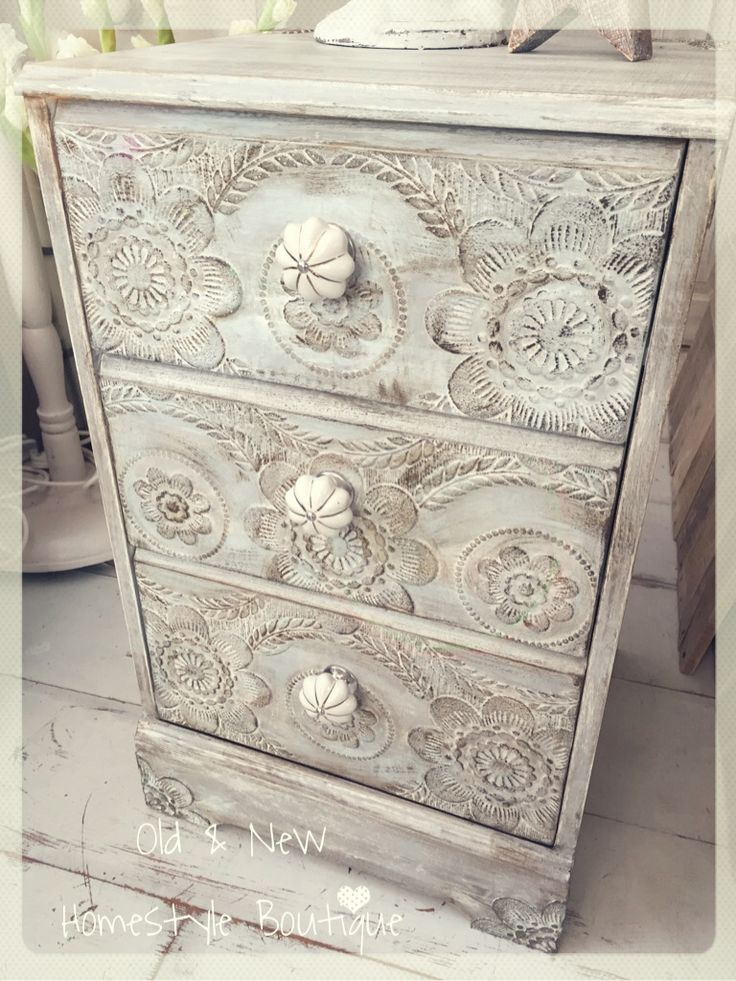 Cute little chest of drawers that I've used anaglypta wallpaper on. As well as sticking it to the drawers I've also cut parts of the design out & stuck on to look like mouldings. To finish off I highlighted with dark wax & added some new handles...turned out ok I think ❤️