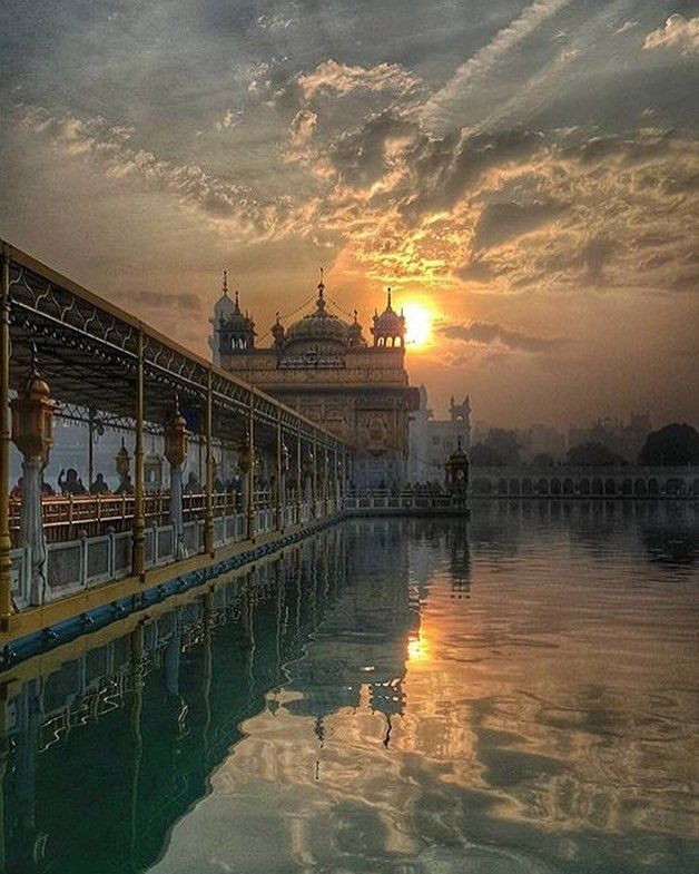 """Practice truth contentment and kindness; this is the most excellent way of life. One who is so blessed by the Formless God renounces selfishness and becomes the dust of all."" (Guru Granth Sahib Ji 51) -awesome capture by @ajaypal_rangar"