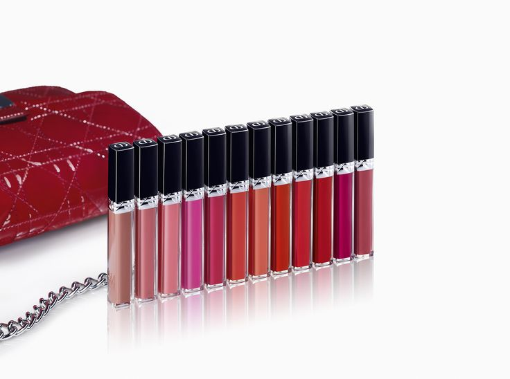 Le nouveau gloss de la Maison /Rouge Dior Brillant/ est disponible dans une palette de douze couleurs hautes en brillance et en intensité, pensées en accord avec le rouge à lèvres /Rouge Dior/.