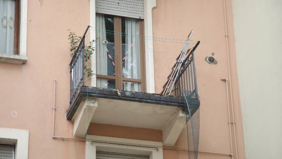 Brescia, esce in balcone per fumare ma cede ringhiera: muore dopo volo di 10 metr