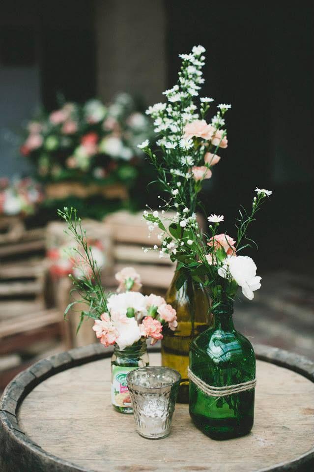 Botellas con flores. MAtrimonio vintage. Kharisma floral