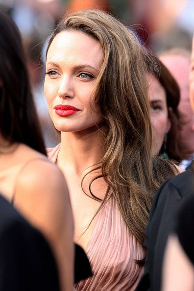Angelina Jolie Red Lipstick - Angelina dons a dark retro glam red lipstick for the 'Inglourious Basterds' premiere at the Cannes Film Festival.