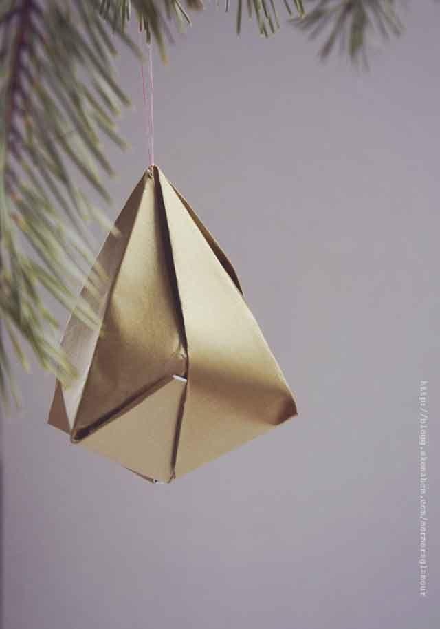 Granen har inte klätts ännu men julgranspyntet håller på att tillverkas för fullt. Idag tänkte jag visa hur man viker diamanter i origamiteknik. Ledsen för dålig upplösning på bilderna. Hade gjort...