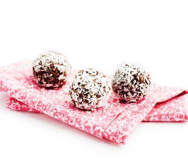 Frukt- och nötboll är ett delikat recept - fullt med nyttigheter som dina favoritnötter, havregryn, torkad frukt, kakao och kokos. Massor med energi, så frukt- och nötbollarna passar ypperligt som mellanmål eller som nyttig och god efterrätt.