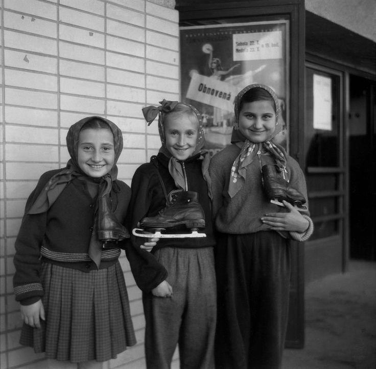 Na archívnej snímke z 20. októbra 1955 zimný štadión v Bratislave otvoril sezónu. http://domov.sme.sk/c/20074003/pozrite-sa-ako-vyzerali-kedysi-zimne-radovanky.html