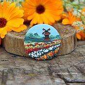 Купить или заказать Лавандовое поле. Брошь. в интернет-магазине на Ярмарке Мастеров. Лавандовые поля - символ и визитная карточка Прованса. Летом, живописные городки буквально пропитаны пьянящим запахом этого цветка, а бескрайние поля, окрашены в фиолетовый цвет до самого горизонта. Благодаря этим живописным пейзажам полей, усыпанных цветущей лавандой, эта местность во Франции известна на весь мир. Брошь выполнена из цветных кусочков полимерной глины. Объемная, фактурная.