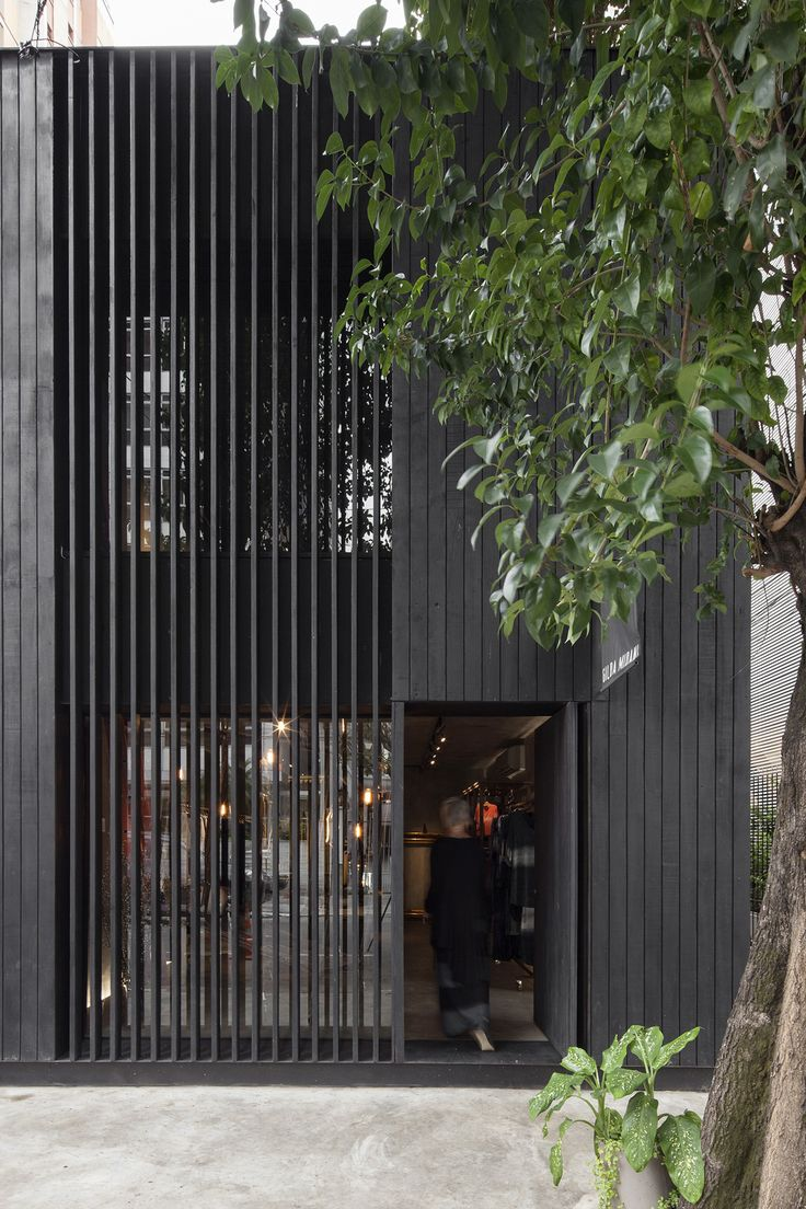 O interior desta loja em São Paulo foi todo trabalhado em concreto aparente. As…