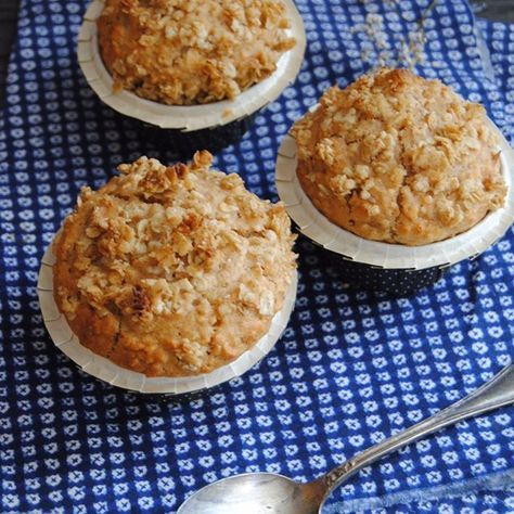 Muffins à la compote de pommes : https://la-main-a-la-pate.fr/muffins-a-compote-de-pommes-amandes-flocons-davoine/ #muffins #compotedepomme #recette #recipe #foodblog #blogculinaire #foodphotography #photographieculinaire