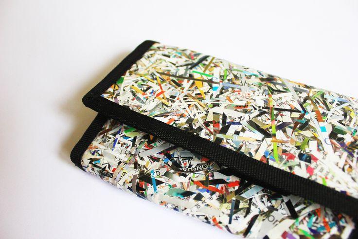 Portefeuille Fait à la main, chutes de papiers, toile cirée transparente. étanche.  4 poches + 1 fermeture éclair.  Chaque modèle étant unique, il peut être sensiblement différent de la...